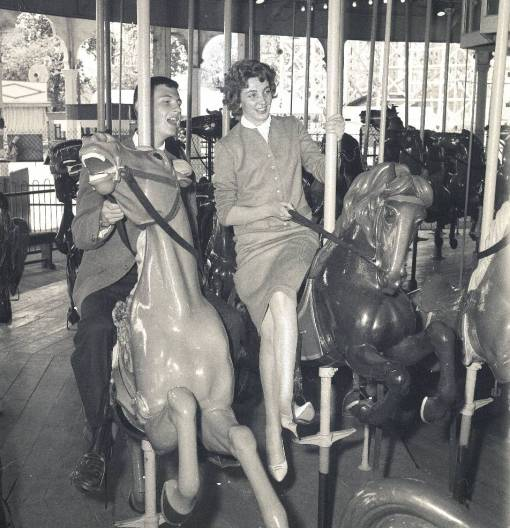 PHOTO - CHICAGO - RIVERVIEW AMUSEMENT PARK - MERRY-GO-ROUND - COUPLE - 1960