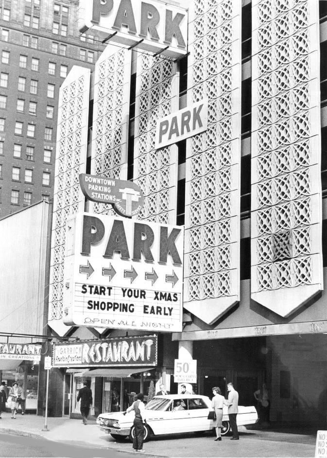 PHOTO - CHICAGO - RANDOLPH STREET - PARKING GARAGE - GARRICK RESTAURANT - FOUNTAIN CREATIONS - CAR LEAVING - 1963