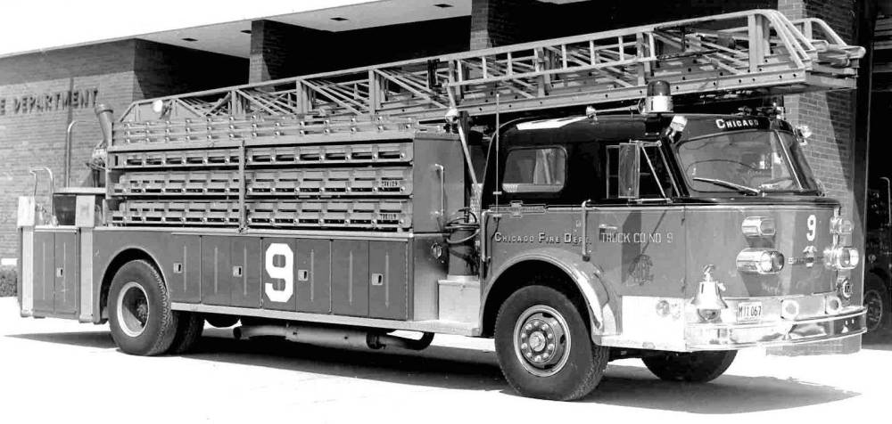 PHOTO - CHICAGO - CHICAGO FIRE DEPARTMENT - LADDER TRUCK - 1972