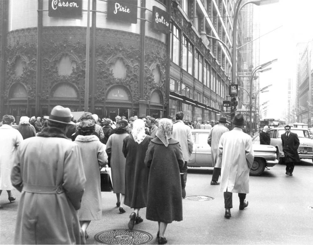 PHOTO - CHICAGO - STATE STREET - LOOKING S - CARSON PIRIE SCOTT ENTRANCE - BIG CROWD - c1960