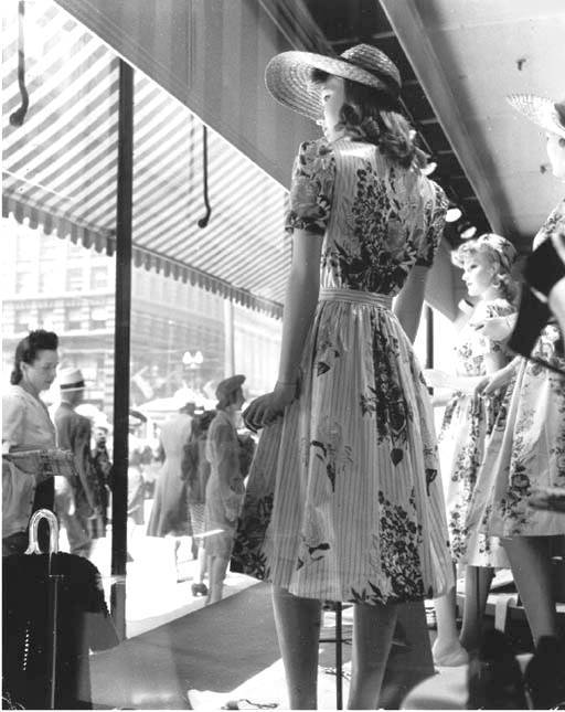 PHOTO - CHICAGO - WINDOW SHOPPING ON STATE STREET - 1941 - EDITED FROM AN ANDREAS FEININGER IMAGE