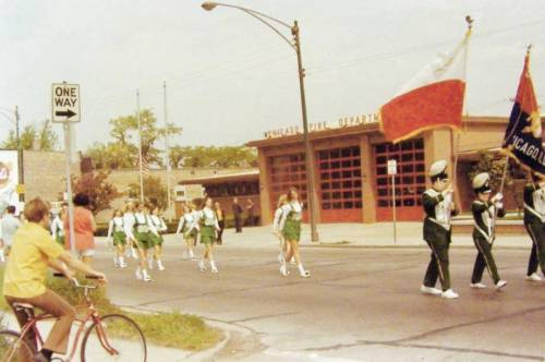 PHOTO - CHICAGO - SMALL PARADE - KELLY HIGH SCHOOL - SCHOOL LOCATED 4136 S CALIFORNIA - NOTE PART OF CANFIELD'S AD - SNAPSHOT