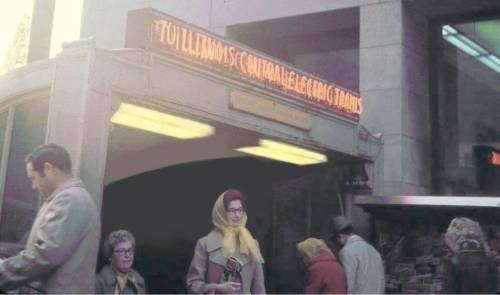 PHOTO - CHICAGO - RANDOLPH STREET I.C. STATION ENTRANCE - CENTRAL LIBRARY - NEWS VENDOR - c1960