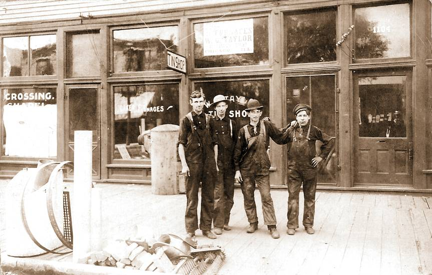 PHOTO - CHICAGO - TAYLOR'S FURNACE AND TIN SHOP - 1104 E 75TH - JUST E OF GREENWOOD - WORKERS IN FRONT - 1907