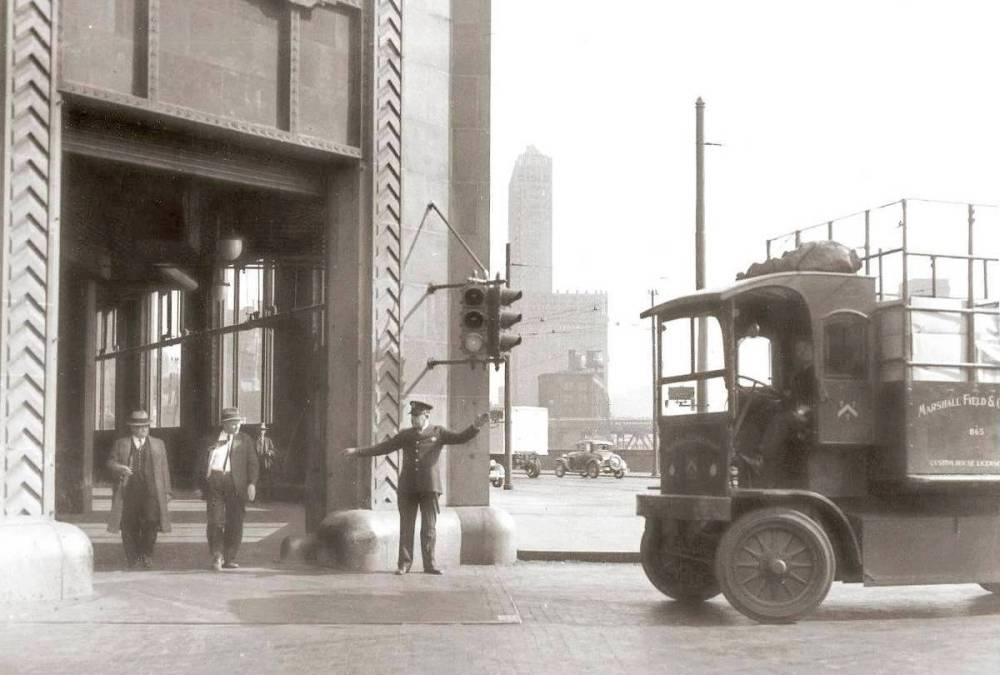 PHOTO - CHICAGO - MARSHALL FIELD TRUCK WAITING - POLICEMAN - MAYBE MERCHANDISE MART - 1934