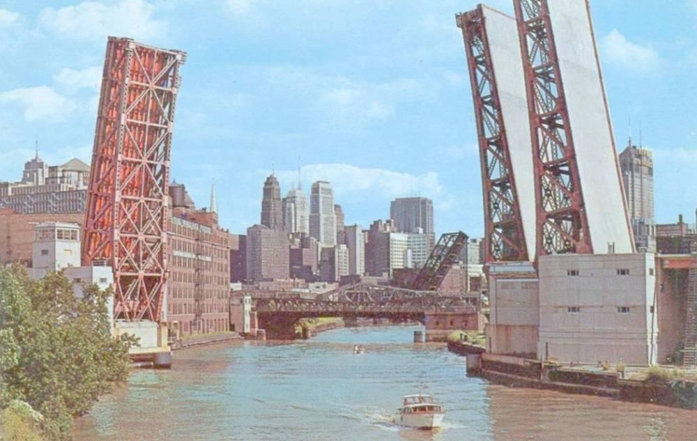 POSTCARD - CHICAGO - CHICAGO RIVER - PLEASURE BOATS - UNKNOWN BRIDGE UP - 1960s