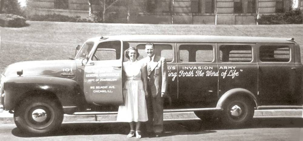 PHOTO - CHICAGO BAPTIST GENERAL CONFERENCE - DEPT OF EVANGELISM  - 912 BELMONT - GOD'S INVASION ARMY - MAN AND WOMAN WITH LONG VAN - 1958