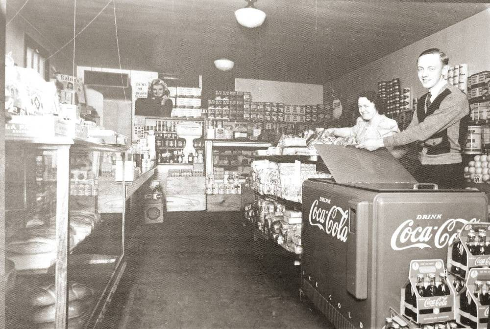 PHOTO - CHICAGO - UNKNOWN SMALL GROCERY STORE INTERIOR -  1930s