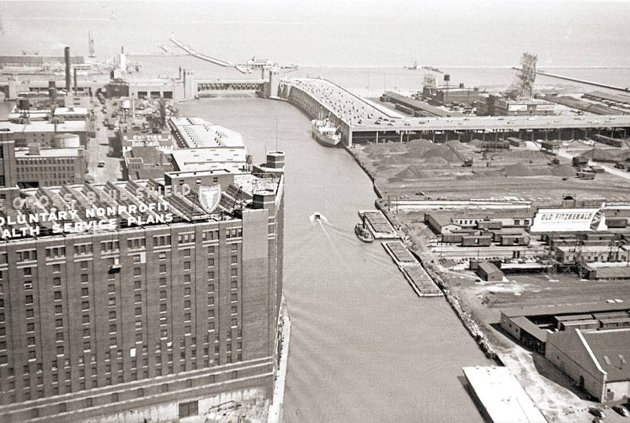 PHOTO - CHICAGO - RIVER MOUTH AND OLD OUTTER DRIVE S-CURVE - AERIAL - BLUE CROSS - LOTS OF EMPTY RAIL LAND - c1950