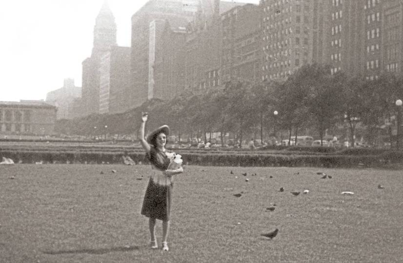 PHOTO - CHICAGO - GRANT PARK - LOOKING SW - WOMAN WAVING - SNAPSHOT - 1946