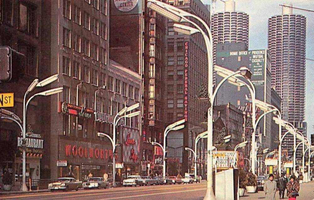 A POSTCARD - CHICAGO - STATE STREET NEAR MADISON LOOKING NW - CHICAGO FEDERAL SAVINGS - ROOSEVELT THEATER - COUPLE WALKING - NICE VERSION - 1971