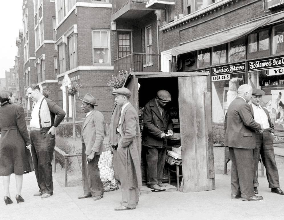 AA PHOTO - CHICAGO - UNKNOWN STREET - GROUP OF PEOPLE NEAR A NEWS STAND AND A DRUG STORE - COULD BE HYDE PARK - 1941