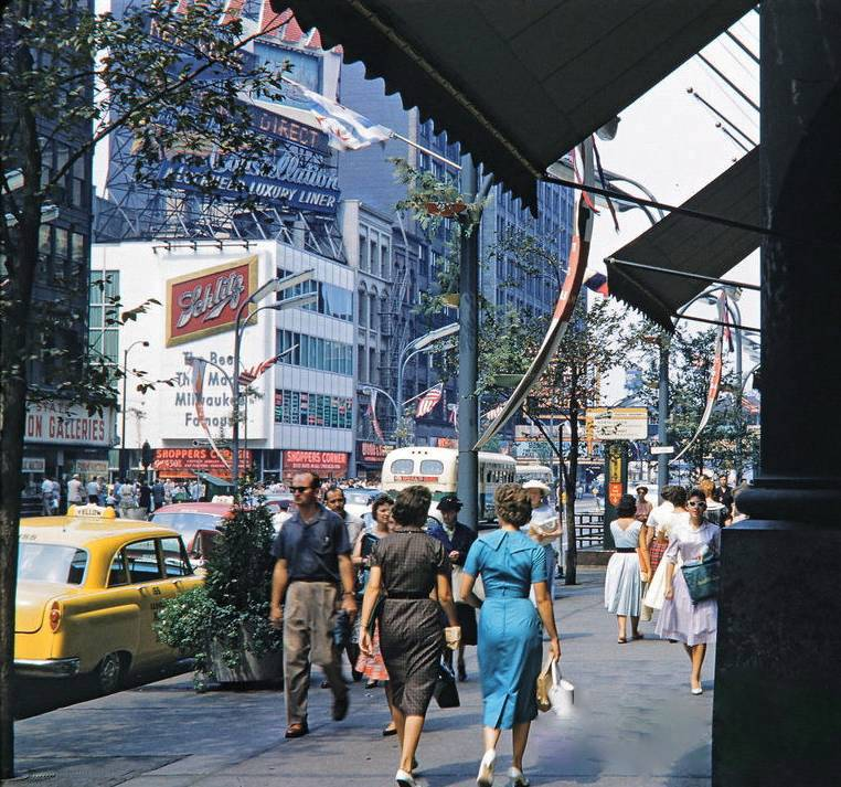 A PHOTO - CHICAGO - STATE STREET - LOOKING NW GROUND LEVEL FROM MARSHALL FIELD DOORWAY - SHOPPERS - TRAFFIC - 1960