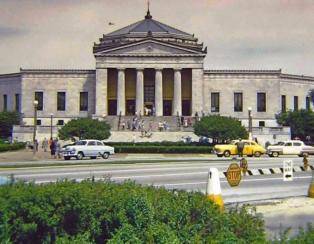 AA PHOTO - CHICAGO - SHEDD AQUARIUM - CROWDS GOING UP STAIRS - TAXIS - EARLY-1950s